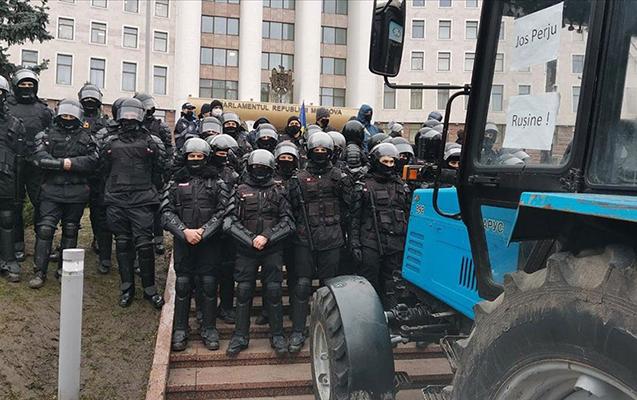 Etirazçılar traktorlarla parlament binasına girmək istədilər - Video