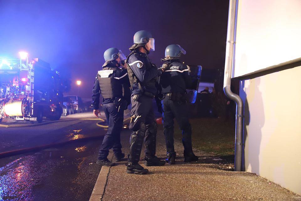 Fransada silahlı hücum - 3 polis öldü, 1-i yaralandı