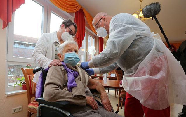 Almaniyada ilk peyvənd 101 yaşlı qadına vuruldu