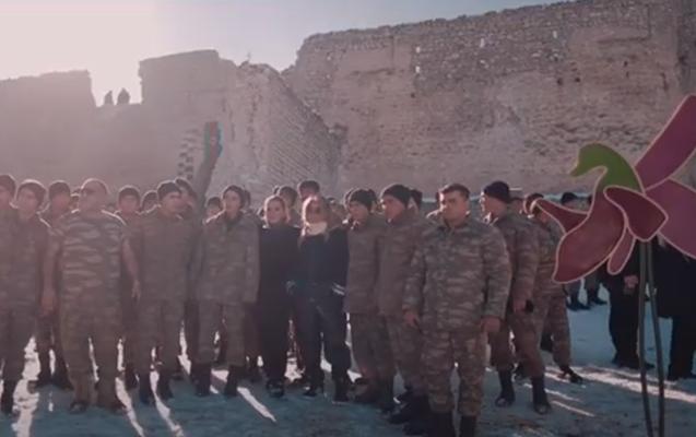 Xarı Bülbül emblemi Şuşanın girişində sancıldı - Video