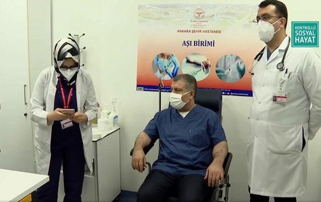 Türkiyədə peyvəndlənmə başladı, nazirə vaksin vuruldu - Video