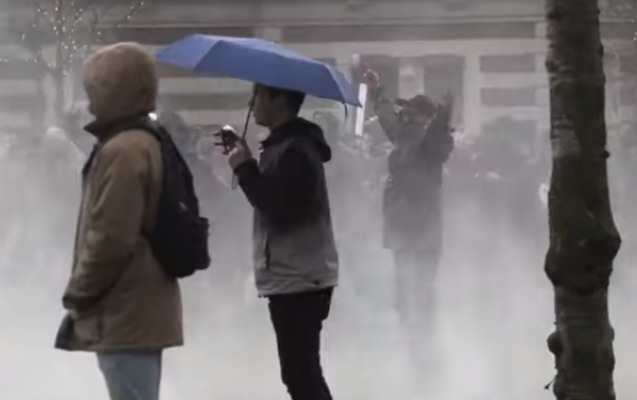 Amsterdamda polis etirazçılara qarşı su şırnağından istifadə etdi