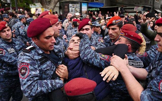 Yerevanda hökumət binasına girməyə çalışanlar saxlanıldı