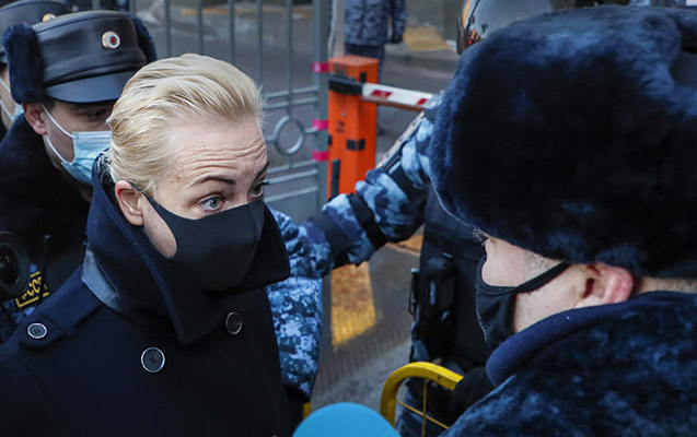 Navalnının məhkəməsi keçirilən ərazidə bir neçə nəfər saxlanılıb