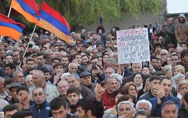Ermənistanda Paşinyanın istefası tələbi ilə mitinq keçirilir
