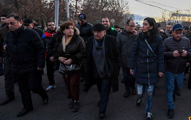 Yerevanda müxalifətçilər polis idarəsinin binasını mühasirəyə alıblar