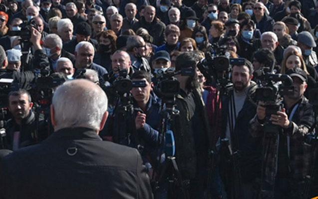 Ermənistanda etirazçılar parlamentə girişi bağlayır