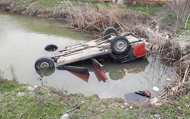 Sürücü maşını kanala aşırdı