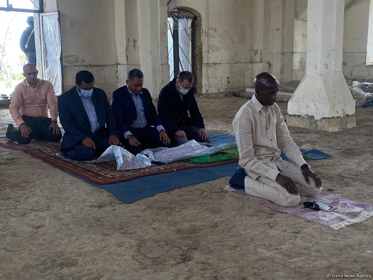 İƏT nümayəndələri Ağdam məscidində namaz qılıb, dua etdilər - FOTOLAR