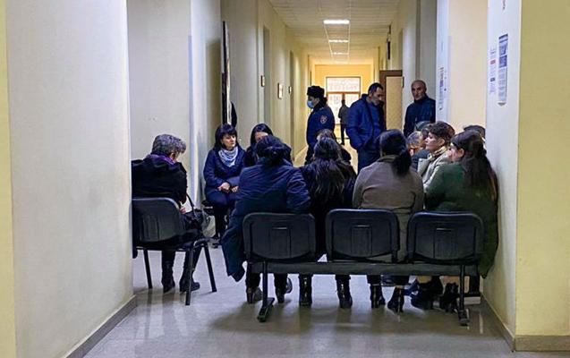Ermənistanda itkinlərin valideynləri inzibati binanın girişlərini bağladılar