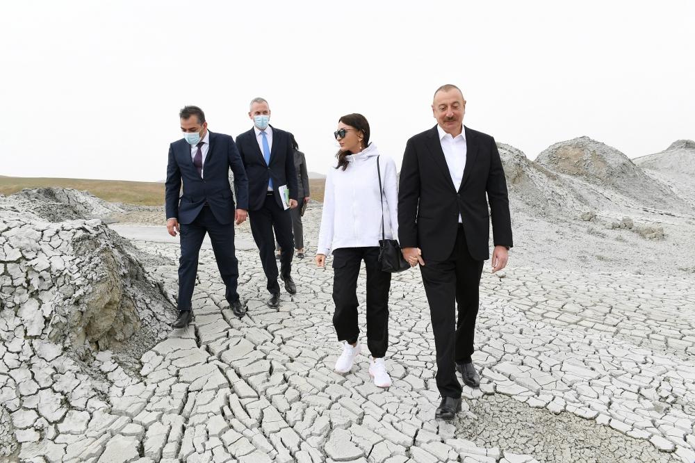 İlham Əliyev xanımı ilə Qobustanda - Fotolar