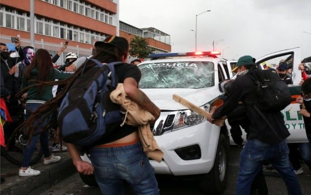 Kolumbiyada etirazlar: Nazir istefa verdi