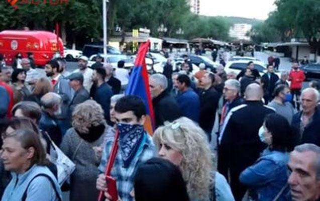 Lavrov Yerevanda etirazla qarşılandı
