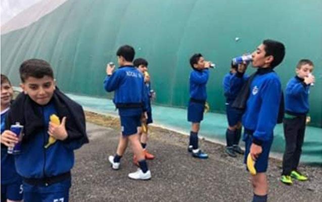 Azyaşlı futbolçuların energetik içki ilə fotosu etiraza səbəb oldu
