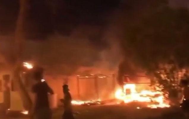 Kərbəlada İran konsulluğu yandırıldı - Video