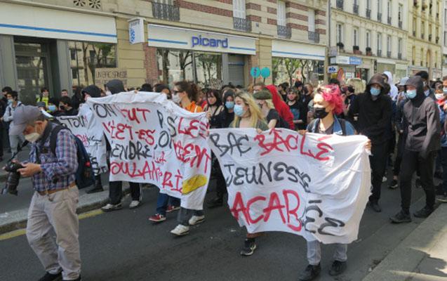Fransada şagirdlər Makronu istefaya çağırdı