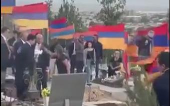 Əsgər valideynləri Koçaryanı qəbiristanlıqdan qovdular - Video