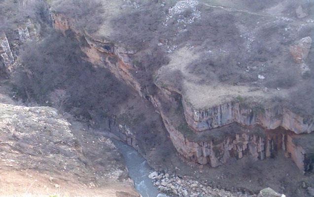 Qubada iki qardaş qayalıqdan çaya yıxıldı, biri öldü