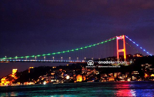 İstanbul körpüləri bayrağımızın rənglərinə büründü