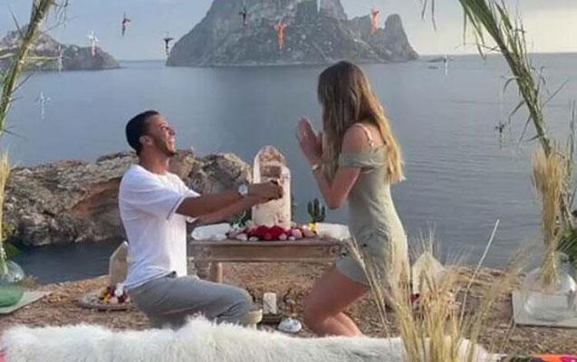 Sevgilisi Şeymaya evlilik təklif etdi - Video