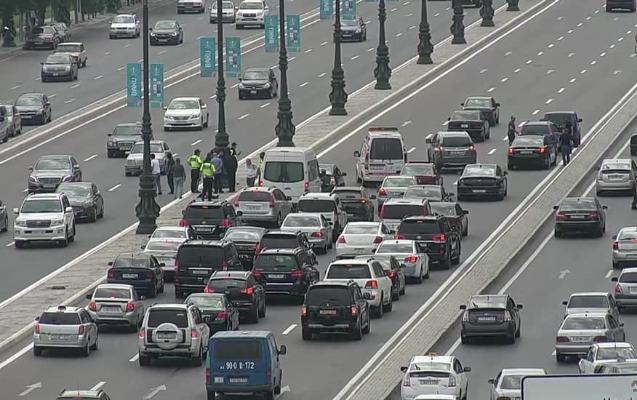 Heydər Əliyev prospektində avtomobil piyadanı vurdu