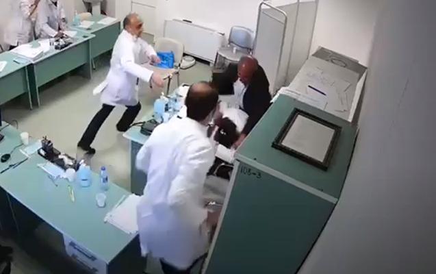 Saxta əlilliyi ifşa olunan kişi qadın həkimə hücum çəkdi - Video