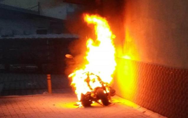 Motosiklet divara çırpılıb yandı