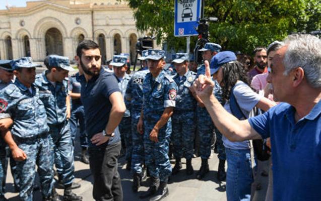 İrəvanda hökumət binası qarşısında aksiya, saxlanılanlar var  - Fotolar