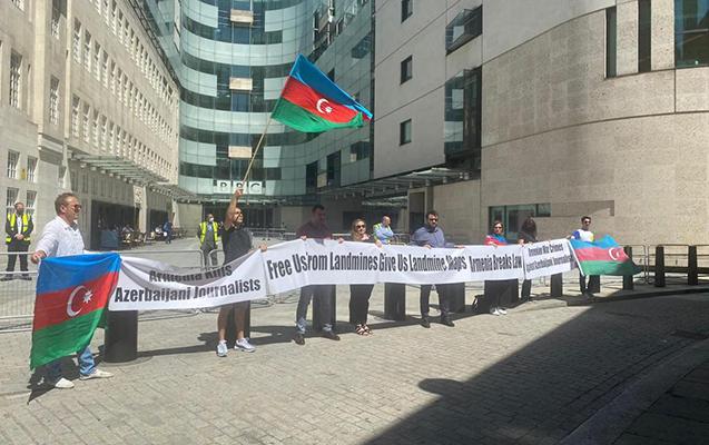 Azərbaycanlılar BBC-nin binası qarşısında aksiya keçirdi