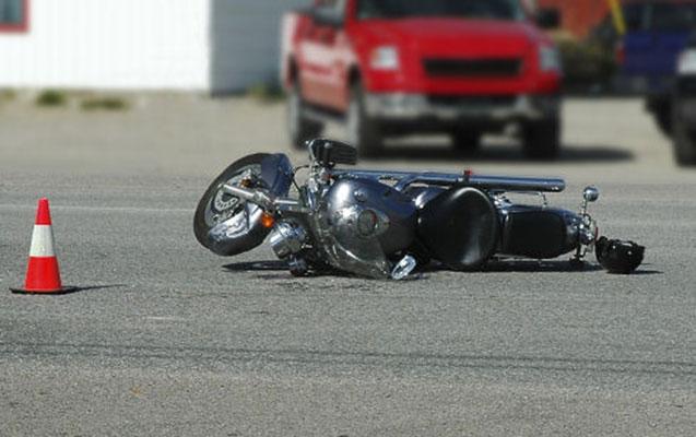 Maşın motosikletlə toqquşdu, yeniyetmə ağır xəsarət aldı