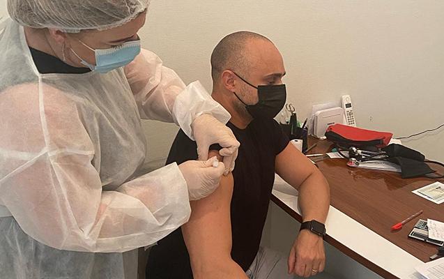 Miri Yusifin sağ qoluna vaksin vuruldu, tənqid olundu