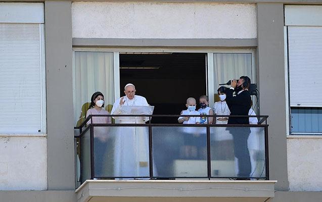 Papa əməliyyatdan sonra ilk dəfə dindarlara müraciət etdi