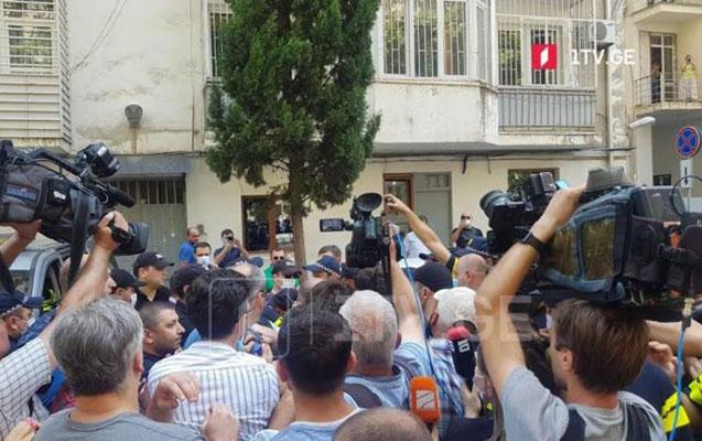 Qaribaşvilinin evinin qarşısında aksiya keçirildi