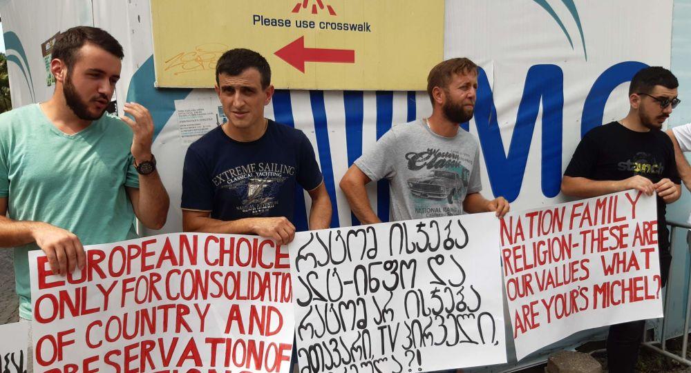 Gürcüstanda LGBT əleyhdarları Şarl Mişelə qarşı etiraz aksiyası keçirdi