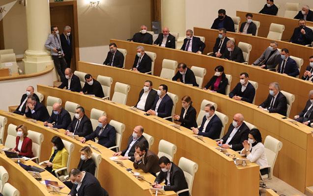 Gürcüstan parlamentində fövqəladə rejim tətbiq edilir