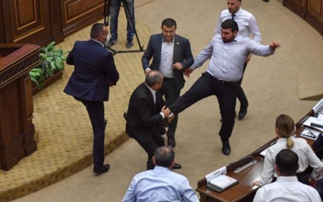 Ermənistan parlamentində növbəti dava + Video