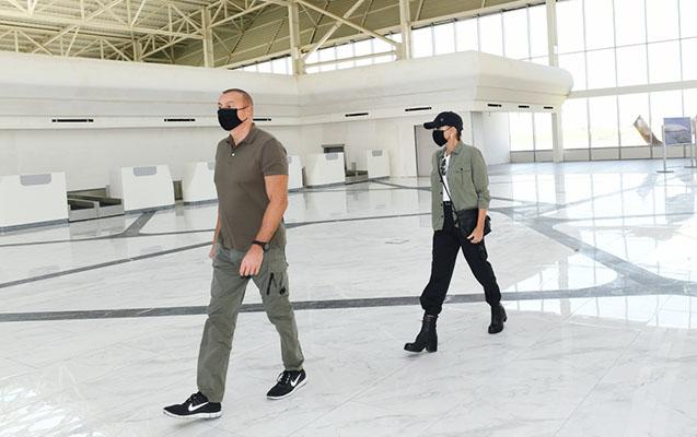 Prezidentlə xanımı Füzuli aeroportunda