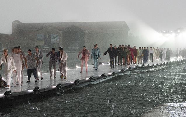 Yağış altında moda nümayişi