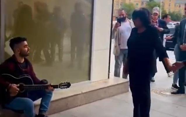 Flora Kərimova küçə musiqiçisi ilə mahnı oxudu - Video