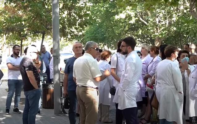 Ermənistanda həkimlər etiraz aksiyası keçirdi - Video