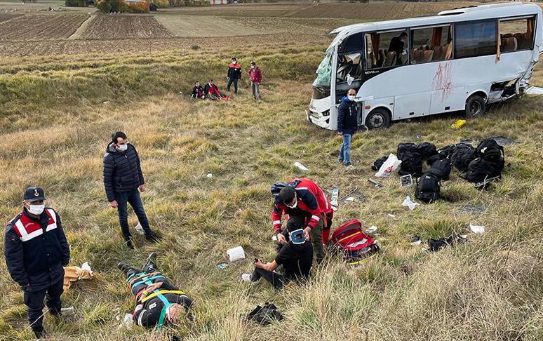 Türkiyədə mikroavtobus aşdı, 12 polis yaralandı