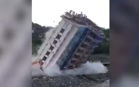 Türkiyədə seldə zədələnən bina belə uçuruldu