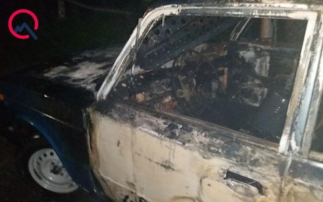 Qaxda minik avtomobili yandı