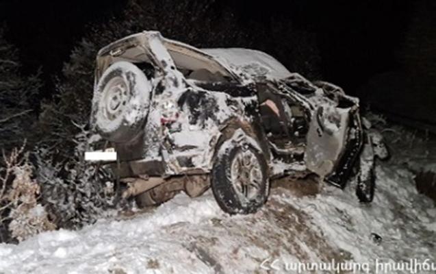 Ermənistanda maşın dərəyə yuvarlandı, 3 ölü