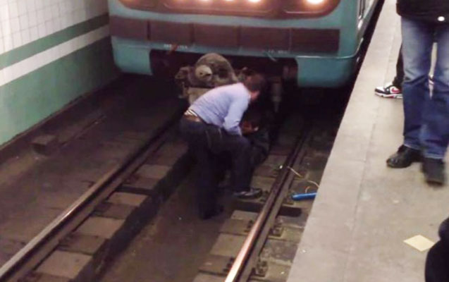 Metroda qadın relsin üstünə yıxıldı