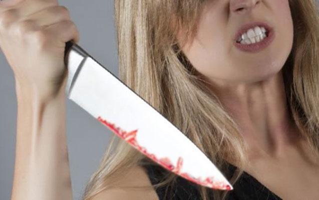 Sevgilisi ilə birlikdə atasını döyüb bıçaqladı -