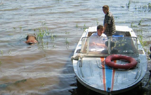 Qusarda traktor sürücüsü kanala düşüb