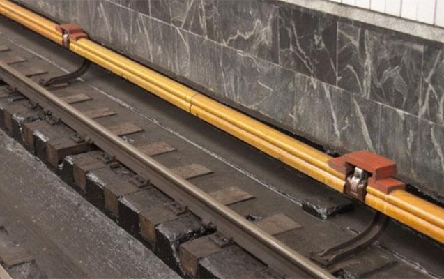 Bakı metrosunda 19 yaşlı qız özünü relslərin üstünə atdı